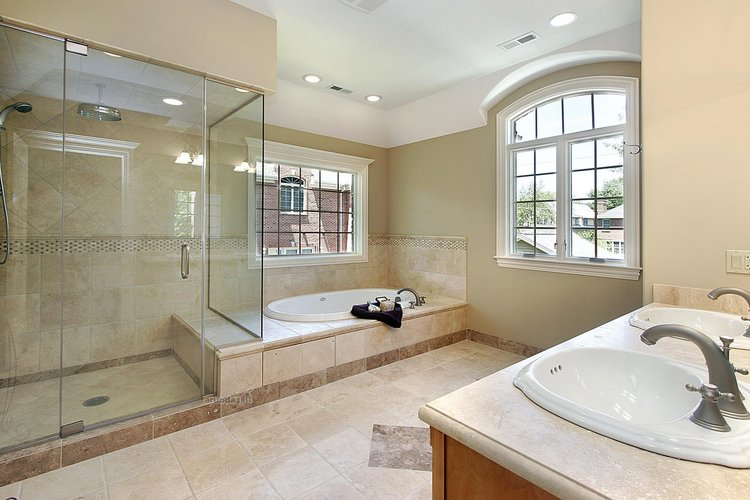 Ypač erdvaus vonios kambario interjeras