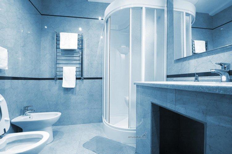 Melsvo marmuro vonios kambarys