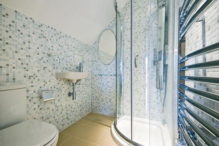 Nedidelių kvadratėlių dekoras vonios kambario sienose
