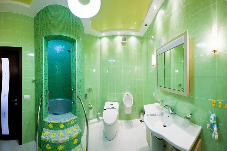 žaliai dekoruotas vonios kambario interjeras