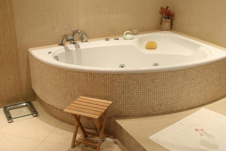 Kampinė vonia, šviesus interjeras