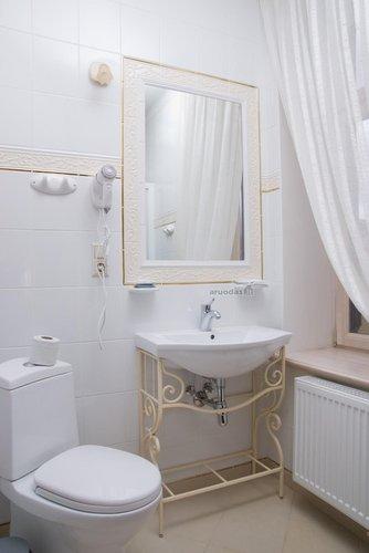 Baltas tualeto interjeras