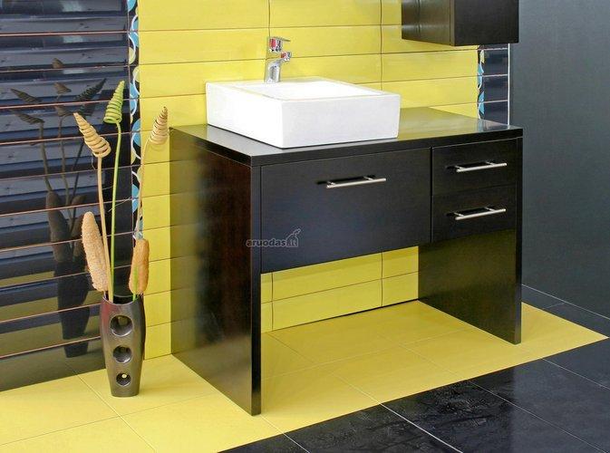 Kontrastingos spalvos vonioje: geltona, juoda, balta