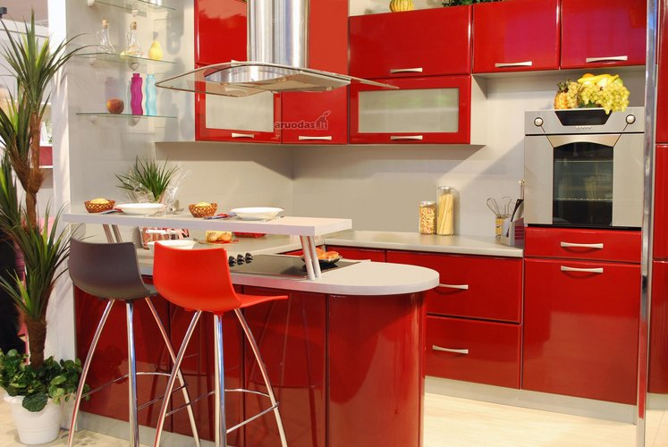 Raudona spalva virtuvės interjere