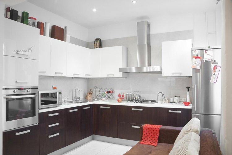 Ruda - balta virtuvės interjeras