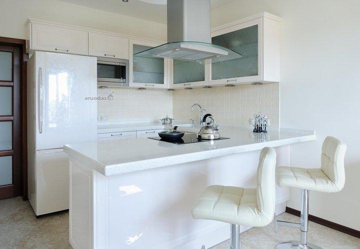 Visiškai baltos virtuvės interjeras