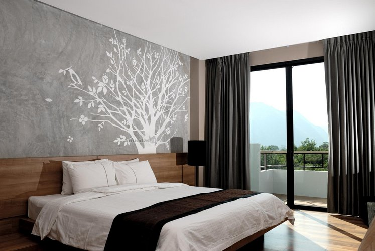 Medžio dekoracija ant miegamojo sienos