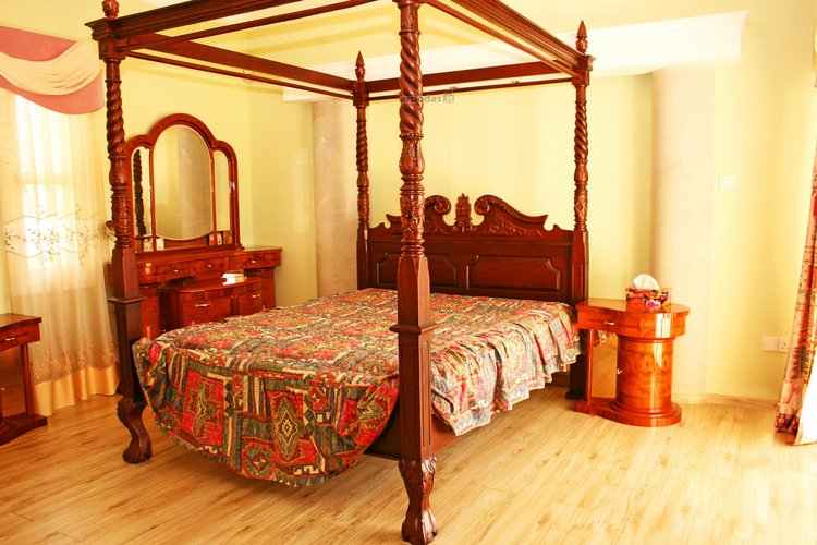Mediniai baldai miegamajame