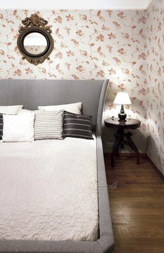 Pilka - ruda spalvos miegamajame