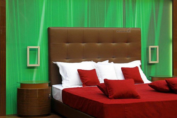 Ryškių spalvų miegamojo interjeras