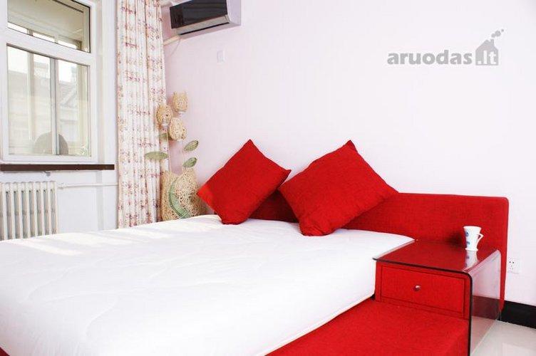 Raudona - balta miegamojo interjeras