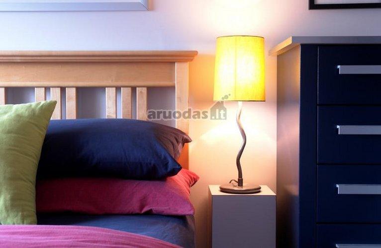 Ryškios spalvos ir originalus šviestuvas miegamajame