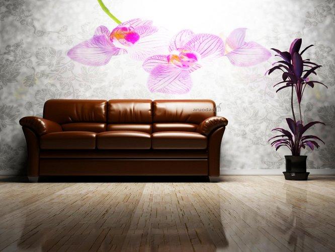 Ruda sofa šviesiame interjere