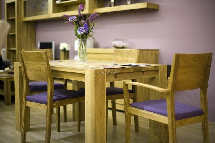 Natūralus medis ir violetinė spalva valgomojo interjere