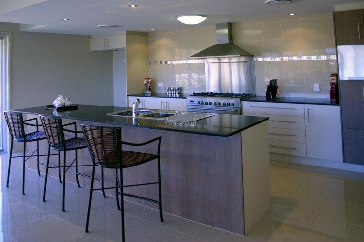 Metalo spalva virtuvės interjere