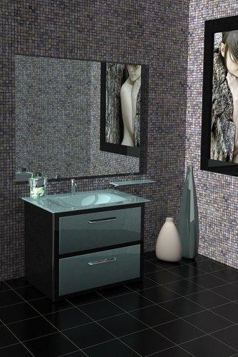 Juodas, kvadratėliais dekoruotas vonios kambarys