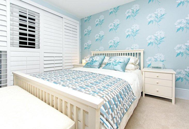 žydra spalva miegamajame