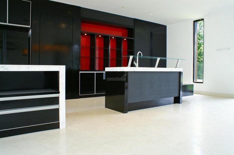 Ryški, juoda virtuvė