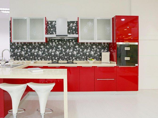Balta - raudona interjeras paįvairintas juodo rašto siena