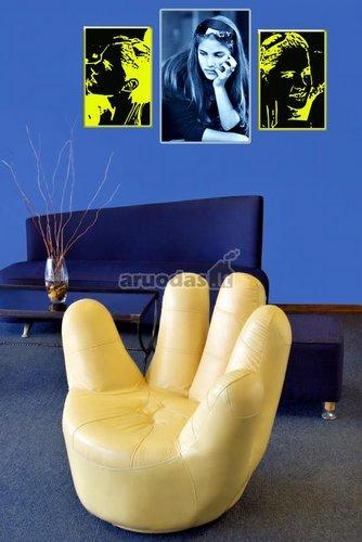 Geltonas akcentas mėlyname interjere