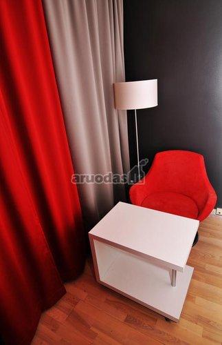 Raudona - balta - juoda interjeras