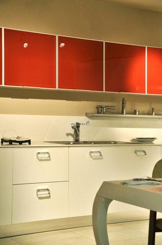 Moderni virtuvė, išryškinta raudonais akcentais