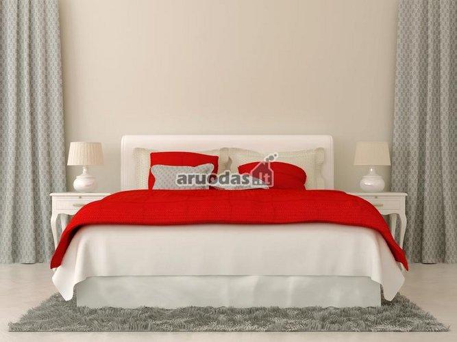 Baltas miegamasis puoštas raudonomis detalėmis
