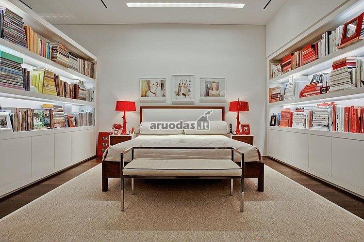 Baltas miegamasis su keletu raudonų akcentų