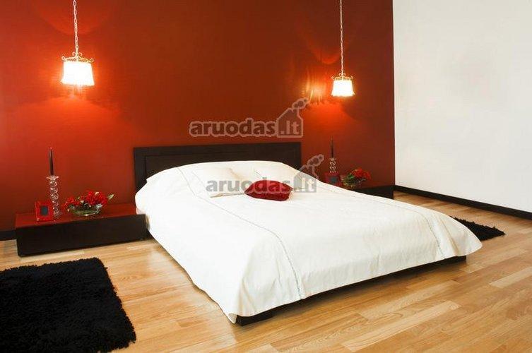Balta - raudona miegamasis su keletu juodų akcentų