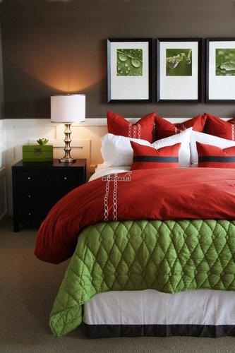 Raudona - žalia miegamojo interjeras