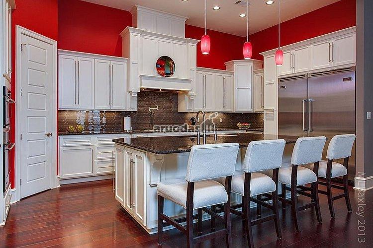 Raudonos virtuvės sienos