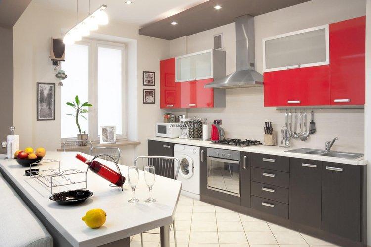 Nedidelis raudonas akcentas virtuvėje