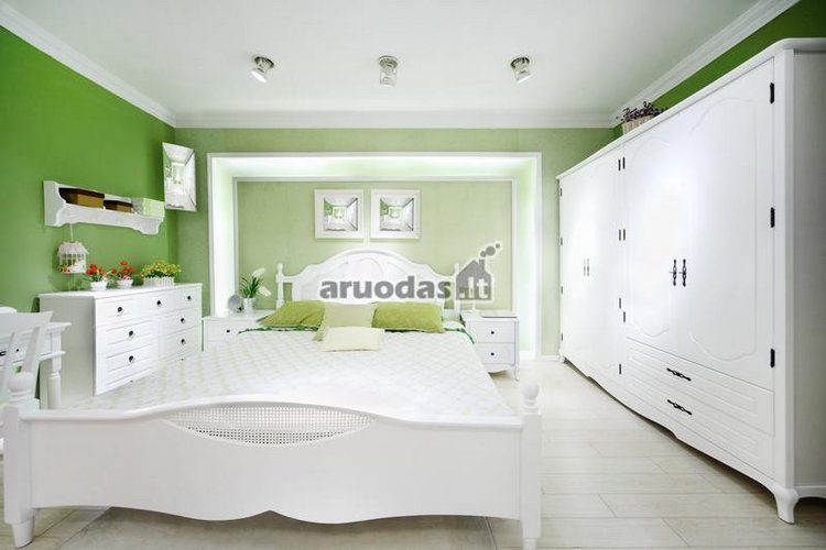 Balto miegamojo dizainas, išryškintas žalia siena