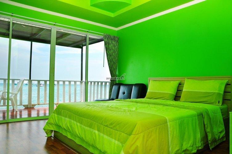 Visiškai žalias miegamojo interjeras