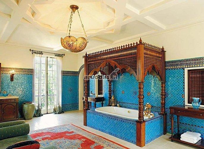 Mėlynas akcentas prabangios vonios interjere