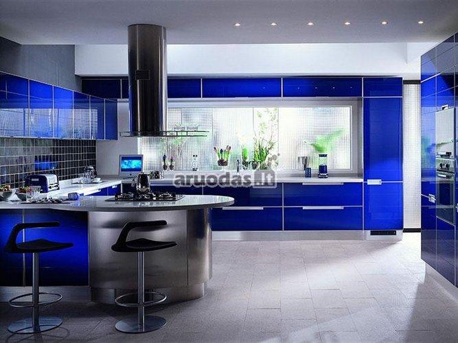 Mėlyna - balta virtuvės interjeras
