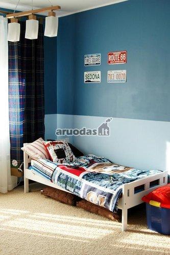 Mėlyna paauglio kambaryje