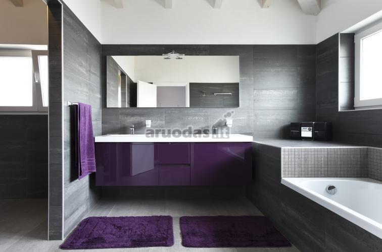 Violetinis akcentas nespalvotoje vonioje