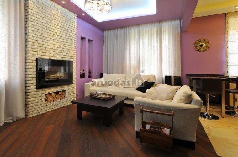 švelniai violetinės svetainės sienos