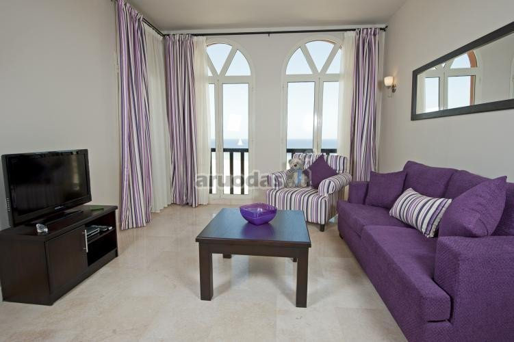 Ryškus violetinis akcentas svetainėje