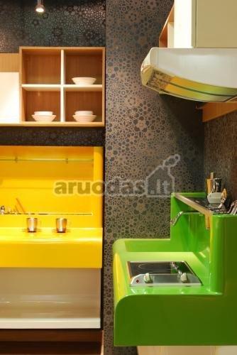 Geltona - žalia - balta spalvų akcentai
