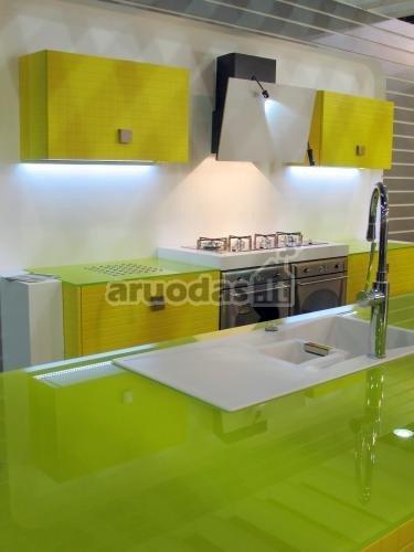 Geltona - balta virtuvės interjeras