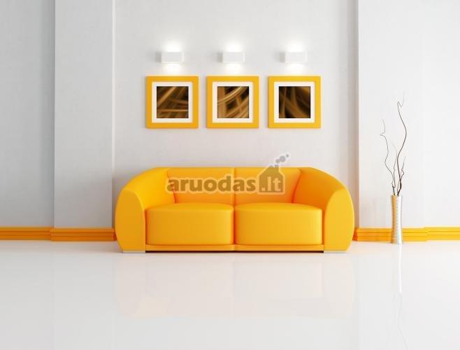 Geltona sofa baltame interjere