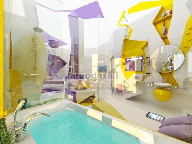 Geltoni ir violetiniai akcentai baltame interjere