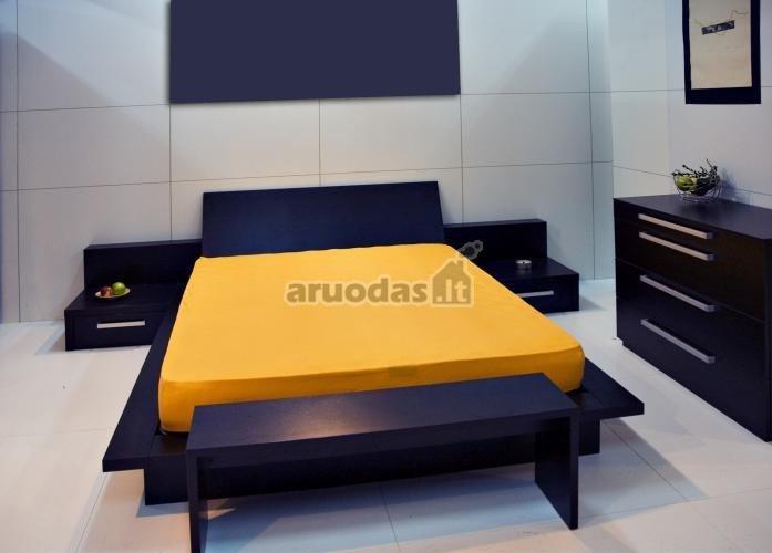 Tamsiai mėlyna ir geltona miegamajame