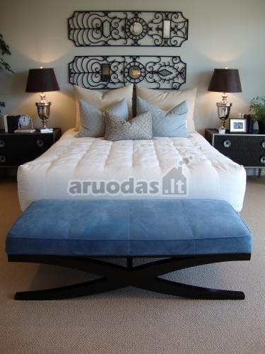 Mėlynas krėslas prie lovos