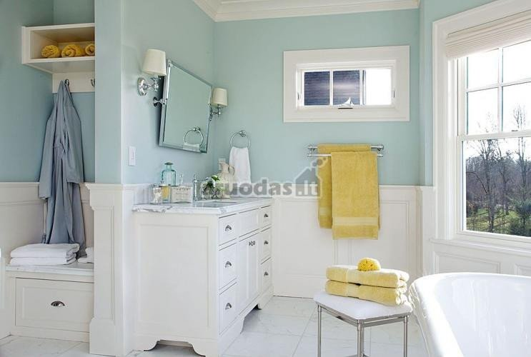 švelniai mėlynos ir baltos derinys vonios kambaryje
