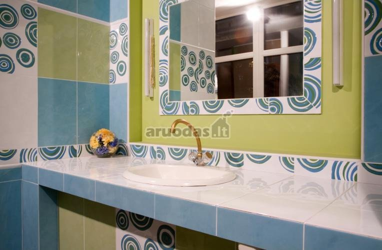 Mėlyna - žalia - balta vonios kambarys