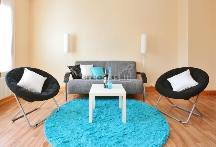 Mėlynas kilimas - kambario akcentas