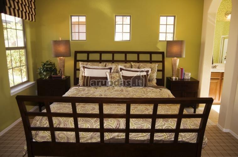 žalsvos miegamojo sienos